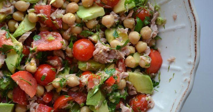 Een makkelijke, gezonde salade. Ik heb altijd avocado's in huis en een blik tonijn en kikkererwten staan standaard in de voorraadkast. Da...