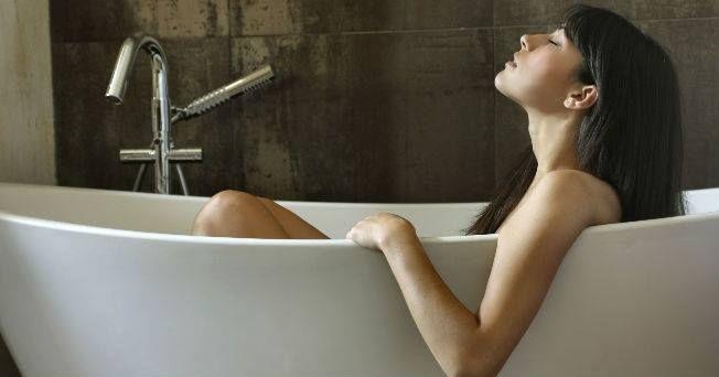 La #MasturbaciónFemenina Funciona como terapia en casos de anorgasmia, vaginismo (contracción de los músculos vaginales) y retardación del orgasmo, ya que algunos médicos recomiendan la autoestimulación antes de la penetración para que las mujeres vayan conociendo sus genitales y las sensaciones sexuales. Deja de ser saludable cuando se convierte en una adicción o cuando se antepone a la intimidad en pareja. (vía Huffingtonpost.com)