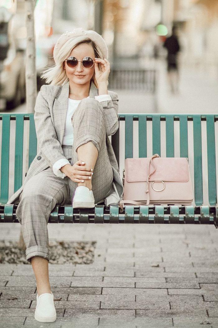 352590fb40b comment porter le tailleur pantalon femme avec des basket pour un look  décontracté