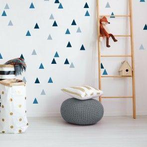 Diese Dreiecke an der Wand lassen sich sehr einfach aufkleben. Die hübschen Wandtattoos gibt es bei www.limmaland.com und lassen sich einfach anbring…