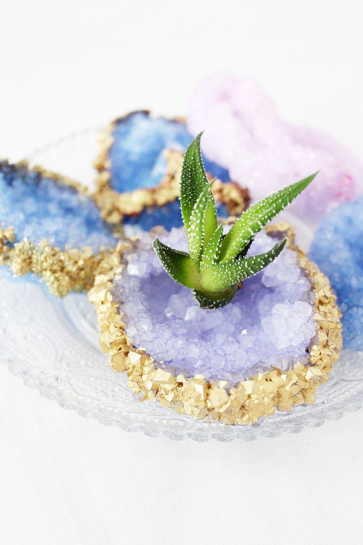 Wenn ich an Kristalle züchten denke, dann kommen bei mir immer Kindheitserinnerungen hoch. Ich hatte damals einen Experimentier-Kasten von Kosmos geschenkt bekommen und konnte gar nicht genug von den selbstgemachten Schmuckstücken bekommen! Ich fand es nämlich immer unglaublich spannend, den...