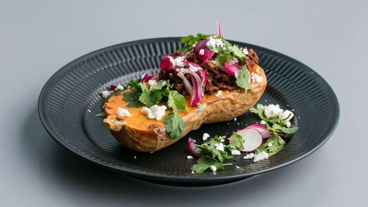 Butternut tacos med oksekød og syltede løg er en lækker dansk fedtfattig opskrift fra Go' start 2017, se flere kødretter på mad.tv2.dk