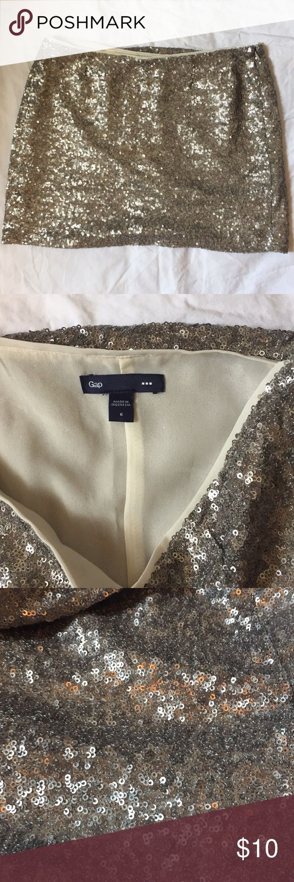 Gap silver sequin mini skirt. Size 6 This stunning sequin skirt is in excellent condition. No tears or marks. Perfect for holiday parties. GAP Skirts Mini