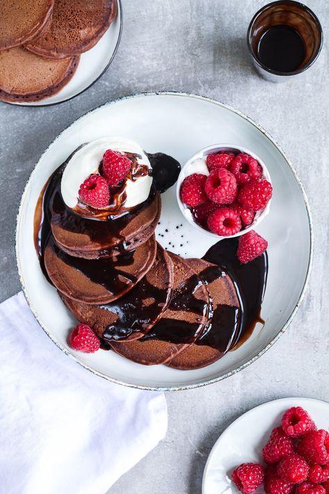 Kakao-Pancakes mit Himbeeren, Sahne und Schokosauce | Zucker, Zimt und Liebe