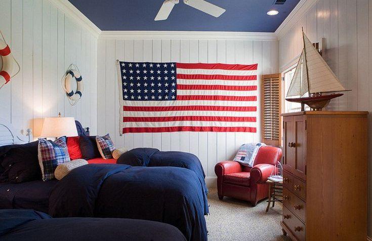 lambris mural blanc et le drapeau américain en tant que déco murale dans la chambre d'ado garçon