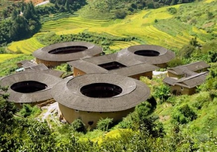 10333930-fujian-tulou-features-tall-fortified-mud-walls-capped-by-tiled-roofs.jpg 437×306 pixels