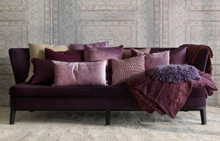 canape violet avec coussins colores de couleur prune