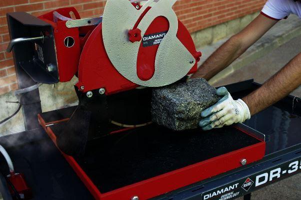 Плиткорез электрический Rubi DIAMANT DR-350 код товара: 56940 Тип: электрический стационарный плиткорез Источник питания: электрический Напряжение сети: 220 - 230 В Частота: 50 Гц Мощность: 2200 Вт Конструкция: настольная Диаметр диска Ø: 300-350 мм Скорость вращения диска: 2800 об/мин Длина резки: 84 см Длина резки по диагонали: 3,5 x 43,5 см Максимальная толщина резки за 1 и 2 прохода: 95/150 мм Длина резки фаски: ∞ см Диагональ: 60 х 60 см www.batis.com.ua/stanki/plitkorezy-i-kamnerezy/
