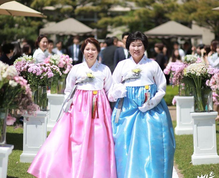 16'08 Ms.Mr 베틀 혼주님들이십니다~즐거운 날이니만큼 #한복 도 화사한게 너무 아름답죠?!^^ #hanbok #korean #mama #mommy #혼주한복 #양가어머니한복 #snap #wedding #narriage #woman