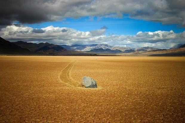 Dans la vallée de la Mort, en Californie, des pierres se déplacent... toutes seules. Sans intervention de l'homme ni de la faune. roches (la plus large, Karen, fait environ 320 kilogrammes).