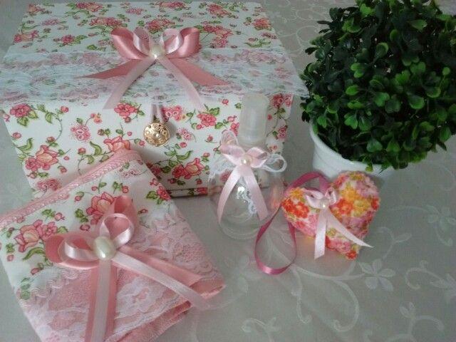 Kit caixa, toalha, frasco e sache