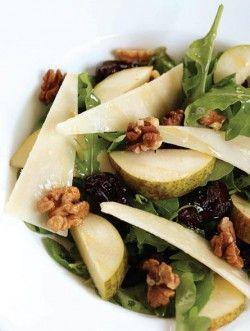 Салат с грушей и финиками