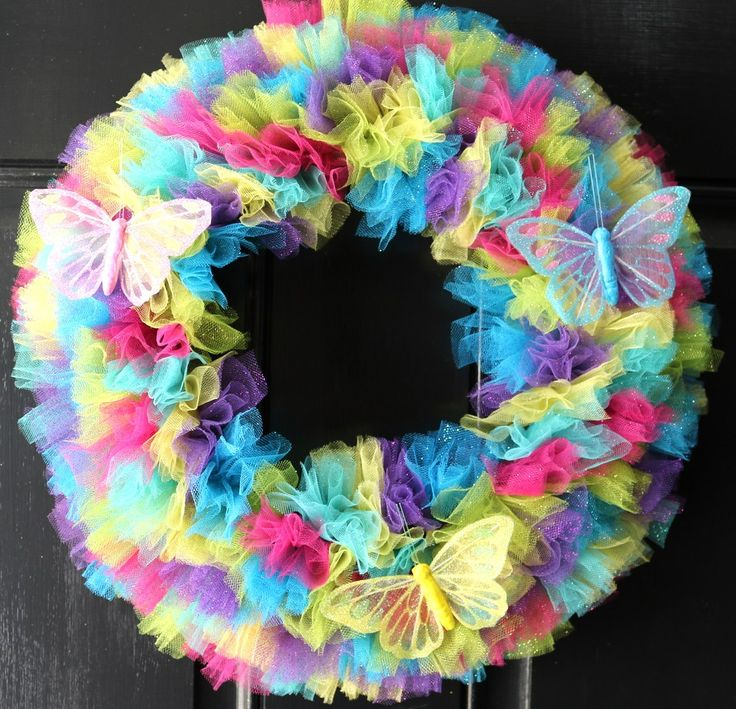 Happy March!  Spring is almost here and I got started yesterday with this wreath. It only took me one afternoon to make.  I like those fast crafts.  Lots of bang for your time. Supplies:  cardboard…