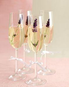 """Sektempfang mit Blüten - Warum """"nur"""" Sekt servieren? Überraschen Sie Ihre Gäste doch ganz einfach einmal mit einem Himbeer-Sekt, einer frischen Lavendelblüte (relativ geschmacksneutral) oder einer essbaren Hibiskusblüte."""