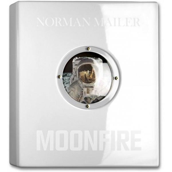 Para conmemorar el 40º aniversario del histórico alunizaje del Apollo 11, TASCHEN ha emparejado este importante texto de Norman Mailer: Moonfire, con espectaculares fotografías procedentes de los archivos de la NASA, la revista LIFE y otras fuentes para crear un homenaje único a la misión científica que ha definido nuestra era.