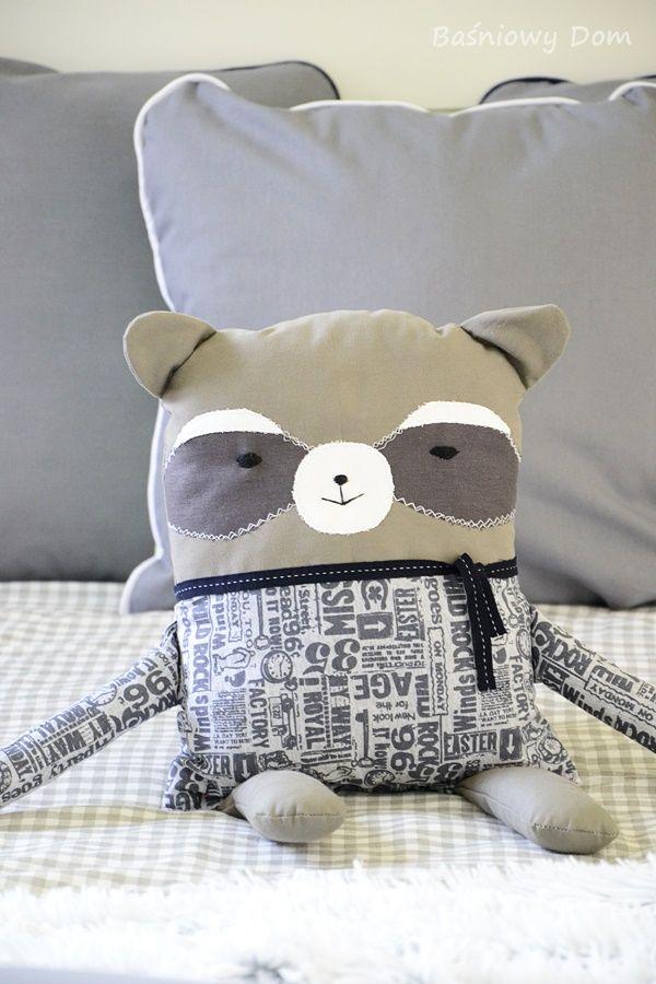 Szop, poduszka do przytulania. - Baśniowy dom - dekoracje, zabawki i piękne przedmioty.