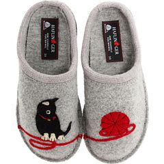 the cat and the yarn (slippers)