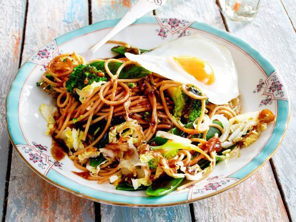 Asianudeln mit Gemüse und Spiegelei Rezept | LECKER