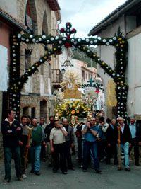 La Virgen de Consolación a su llegada a Alpuente pasando bajo el arco decorativo de la entrada de la Plaza de la Villa