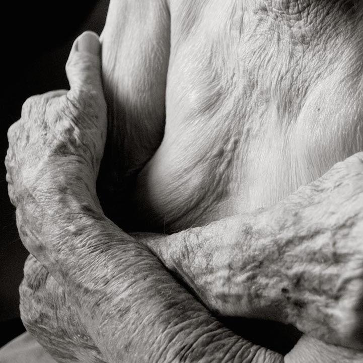 Tudo começou quando uma senhora de 101 anos de idade se ofereceu para posar para a fotógrafa Anastasia Pottinger, com a unica condição de que ela faria tudo menos ser identificada nas fotografias. Depois de revelado otrabalho a fotógrafa percebeu potencial nas fotos e continuou por esse caminho.  Podemos ver todos os detalhes brilhantes nos corpos destas pessoas anônimas. Luz e sombra trabalham juntas para revelar cada dobra e ruga nessas fotografias em preto e branco.  Veja abaixo e se…
