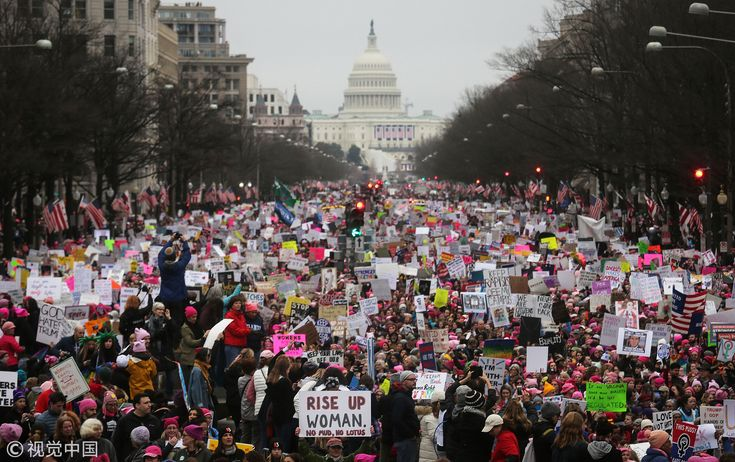 The original title: Trump 2017 inventory look rich exhilaration   Local time January 20, 2017, Washington, USA, the 45th President Donald Trump's inauguration.  Source Media: Visual China   Local time On January 21, 2017, in Washington, USA, local people took part in a women's...