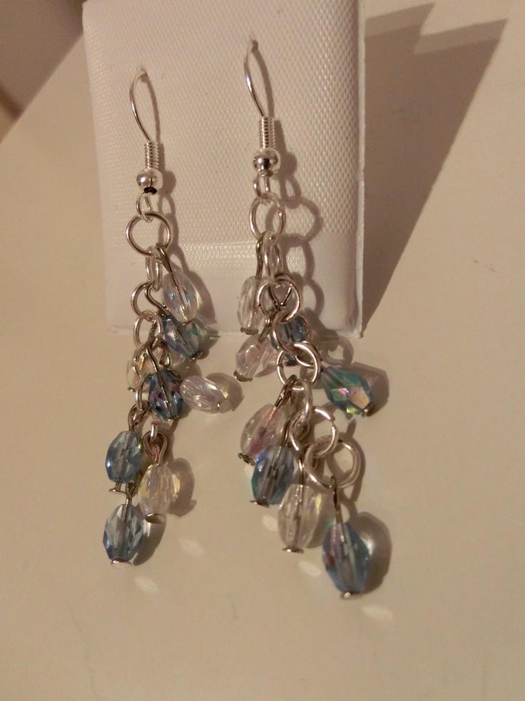 Øredobber med gjennomsiktige og blå glassperler.