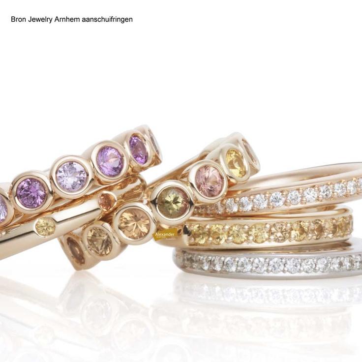 Gouden ringen met edelstenen en diamanten.