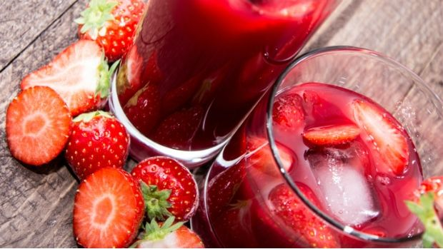 Osvěžující nápoj z jahod bude ozdobou každé letní tabule. Koncentrovanou chuť sladkých jahod umocní nakyslá příchuť limetek. Verzi pro dospělé můžete osvěžit trochou vodky.