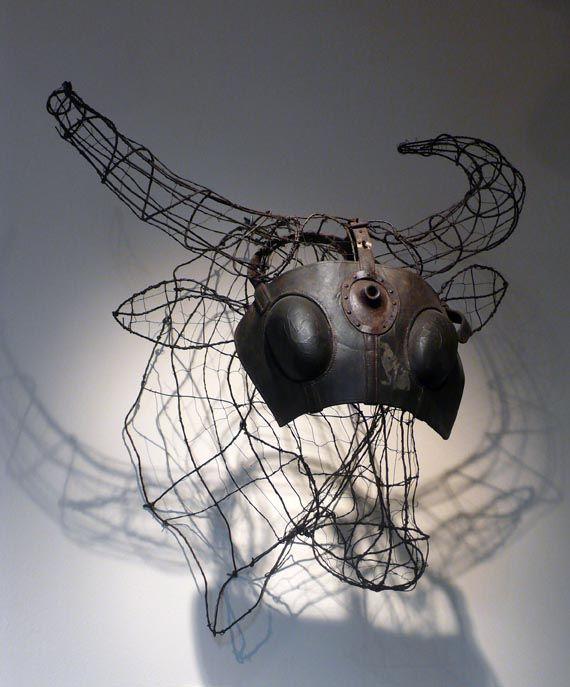 Luigi Varoli/Struttura metallica per cartapesta lasciata incompiuta con maschera da macello come armatura.