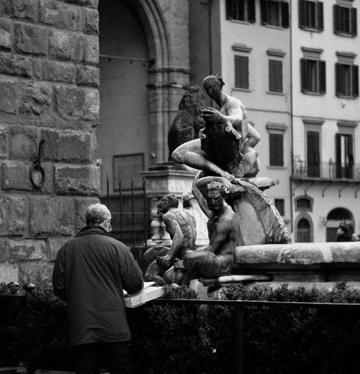 #helios #people #details #outdoors #Florence #life #moments #mamba #city #center #square #bw #building #place #photo by Olga Tkachenko