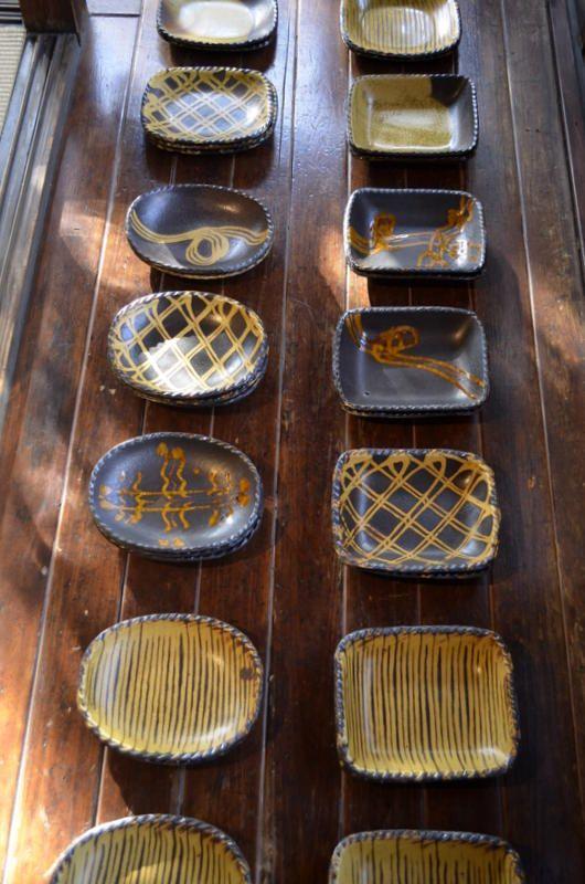 「山田洋次 スリップウェア展」(~1/28迄 会期中無休)の3日目。本展では、いろいろなサイズの角形、楕円形の器が充実しています。それはスリップの模様付け...