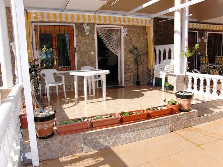 REF 606 : Leuke Bungalow type woning in Torrevieja 1km van de kust € 77.000  Deze gezellige bungalow beschikt over 1 slaapkamer en 1 badkamer en is gelegen in een zeer leuke omgeving. Het is slechts 5 minuten lopen naar het strand van Punta Prima (Torrevieja). Alles is op de begane vloer in deze woning. Er is een groot zonnig terras met een luifel. Daarnaast een mooie woonkamer, slaapkamer met kasten en een badkamer met ramen erin.