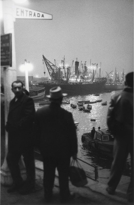 photo noir et blanc chilienne : Sergio Larrain, bateau dans le port de Valparaiso, Chili, 1963