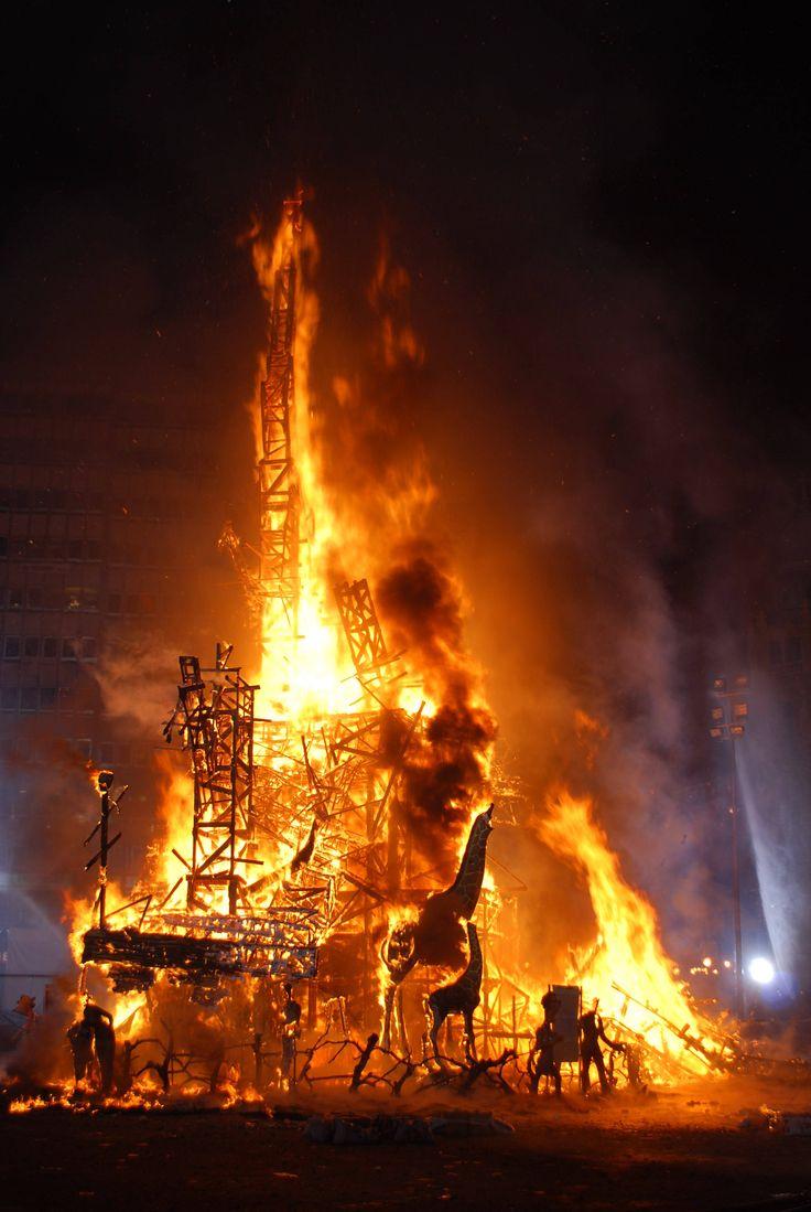 Falla ardiendo - Las Fallas (Valencia)