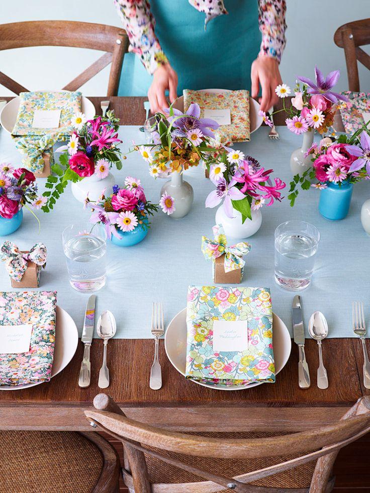 Fabric wedding table layout thussfarrell.com - via Mollie Makes - feestelijke tafel met bloemen - kleurrijk - feest