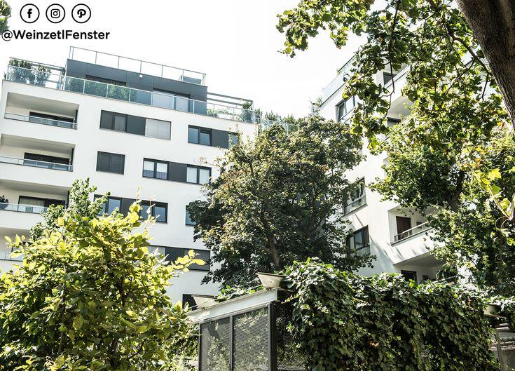 Strahlend weiße Fassade kombiniert mit schwarzen Kunststoff/Alufenstern und dazupassenden Fassadenelementen. Eine Wohnhausanlage in Wien mit Stil! <3