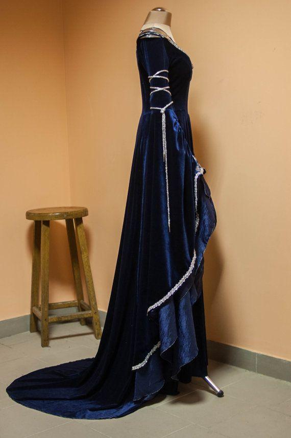 Un costume bleu-nuit elfique 2-en-1. Inspiré par les tenues de Arwen du Seigneur des anneaux, ainsi que les robes européenne du XIIIe siècle, nous avons essayé de capturer l'essence du mystère derrière la race elfique dans ce costume. De la coloration bleu-nuit à l'utilisation prudente des matériaux nous visait à exprimer la puissance pure de la hauteur du porteur arcane, la magie brute de la fantaisie. Le costume 2-en-1 se compose de deux éléments: la robe et le corset. Vous pouvez aussi…