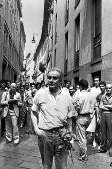 Enzo Tortora a Milano nel 1984, durante la sua prima passeggiata dopo essere tornato libero.