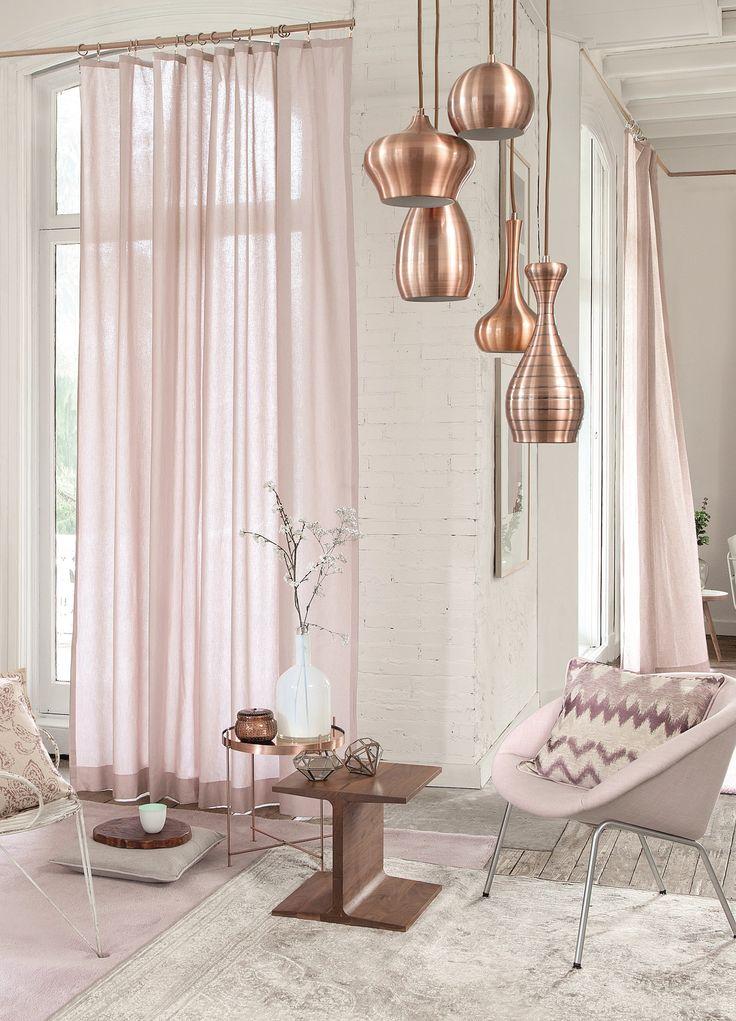 mooi: pastel roze in between gordijnen