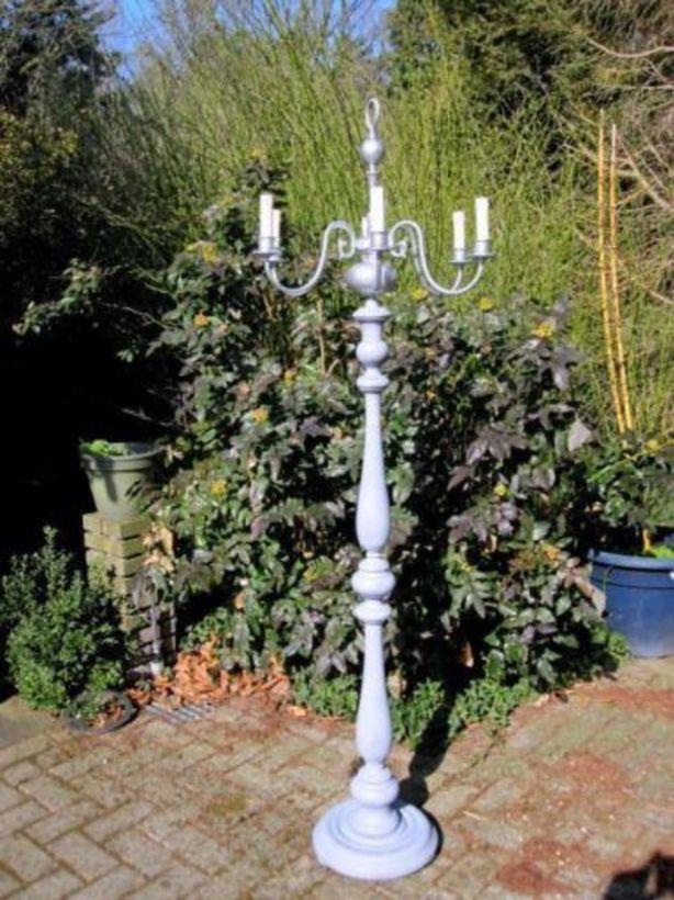 een kroonluchter op een lampenvoet, geweldig idee
