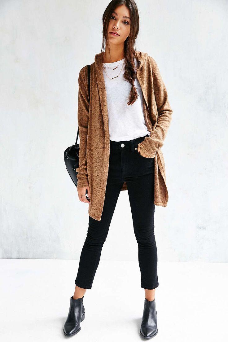 Muy bonito. Pantalones negros y botines a juego (estos son muy favorecedores). Camiseta blanca de nuevo y una chaquetita marrón.