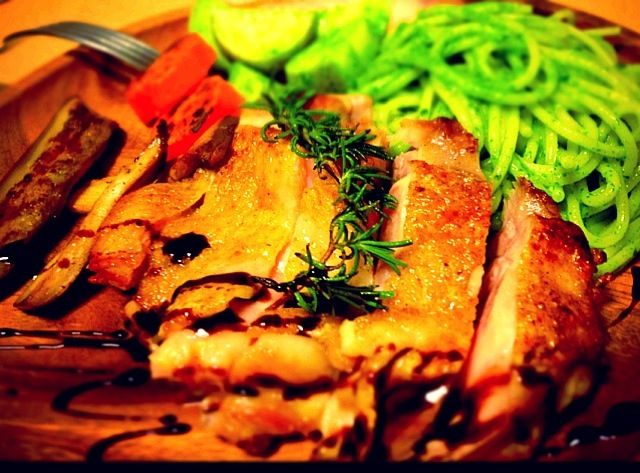 皮をカリッと焼き上げるとボリューム感増しますよね。簡単で大好きです(*^^*) 付け合わせにじゃがいもとスパゲッティのジェノヴァ風、にんじんと茄子のグリルマリネ、エリンギのにんにくバターソテー。  一皿で満足感ある男メシです( ›◡ु‹ ) - 194件のもぐもぐ - 若鶏もも肉のグリルとスパゲッティ ジェノヴァ風 by sintacless