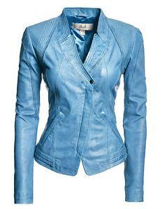 chaqueta de cuero de color celeste