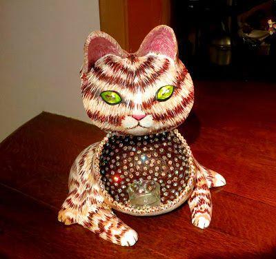 Папье маше кот-подсвечник, около 12 см в высоту и имеет чайную свечу, украшен стразами, мерцающими от света свечей