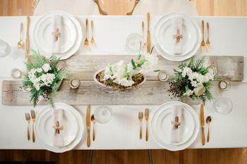 アンティークな流木をテーブルランナー代わりに使ったお洒落なアイディア。  ゴールドで統一したカトラリーが素敵です。