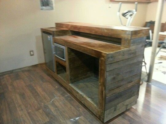 Pallet bar with built in wine chiller and mini fridge for Small pallet bar
