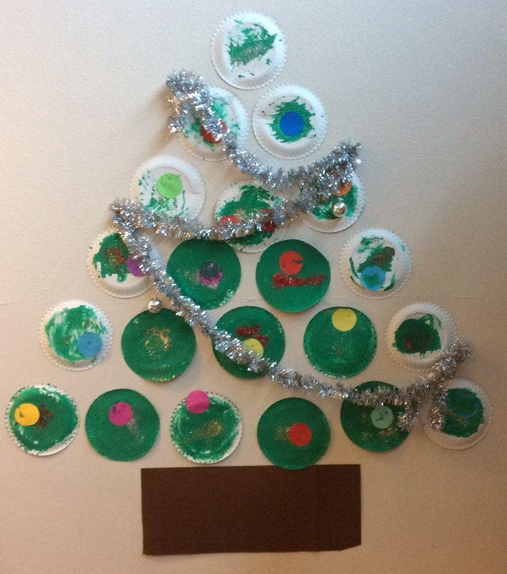 De kinderen van SKA-kinderdagverblijf Plons hebben hun eigen kerstboom gemaakt. Ieder kind kreeg een eigen kartonnen bord en een beetje groene verf. Al snel gingen de handen in de verf; lekker voelen en daarna uitsmeren op het bord.  Een kerstbal en wat glitters maakten het helemaal af! Toen de boom af was, stonden de kinderen er vol bewondering te kijken naar wat ze samen gemaakt hadden.