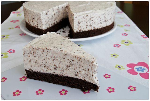Sati nedávno zveřejnila recept na lehký dort z jogurtu, šlehačky a čokolády. Netrvalo dlouho a musela jsem ho taky zkusit. Jen velmi lehce jsem ho upravila a zde je má verze. Milovníkům šlehačkových