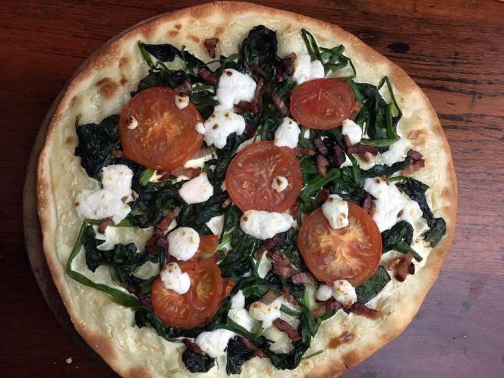 Pizza met spinazie, geitenkaas en spekjes