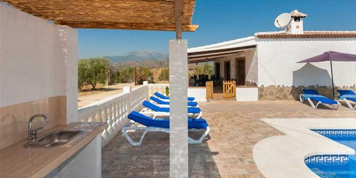Spaanse Finca – Vakantiewoning met zwembad voor 6 personen  Villa Tierra del Sol ligt in een rustige omgeving van het zuid Spaanse Andalusie, op een heuvel bedekt met eeuwenoude olijfbomen. Een panoramisch uitzicht rijkt tientallen kilometers ver. De sfeer van het huis is onmiskenbaar Spaans. Toch is Tierra del Sol voorzien van alle moderne gemakken zoals Internetaansluiting, airconditioning in alle kamers, Nederlandstalige satelliet TV, een afwasmachine en bedden van Nederlandse afmeting en…